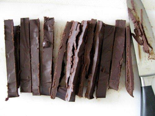 טראפלס שוקולד מריר עם מרווה ובוטנים קלויים